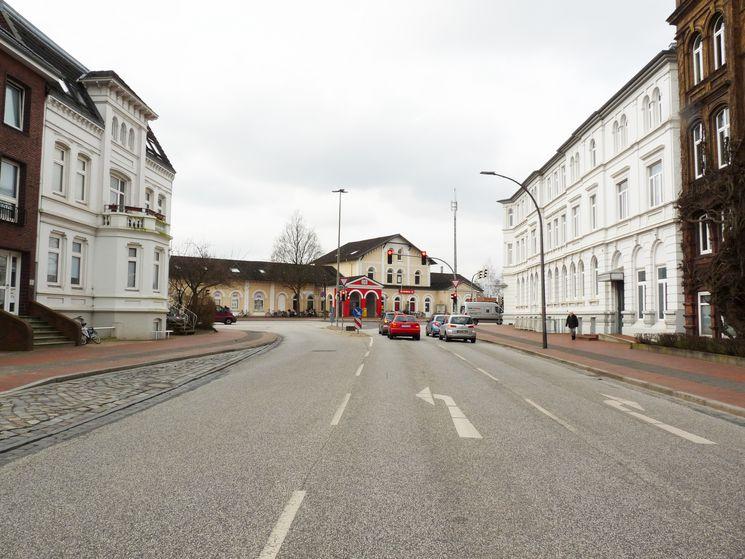 Viktoriastraße und Südfassade ehemaliges Bahnhofshotel - Blick Richtung Westen