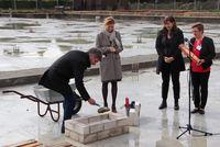 Kreispräsident Peter Labendowicz bei der Grundsteinlegung, beobachtet von Karin Prien, Manja Biel und Susanne Senftleben(Foto: B. Glatki)