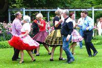 Bild einer tanzenden Gruppe