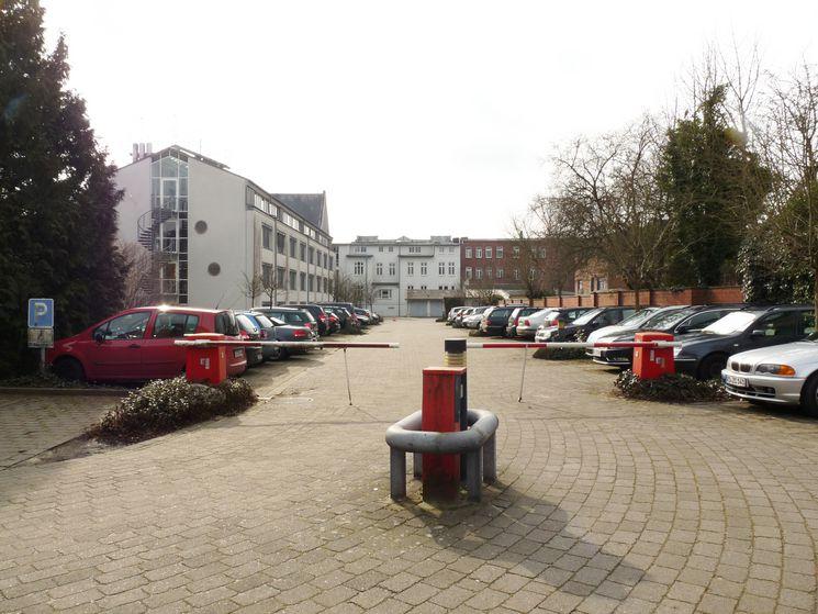 Parkplatz der Kreisverwaltung mit Blick auf den Hofanbau