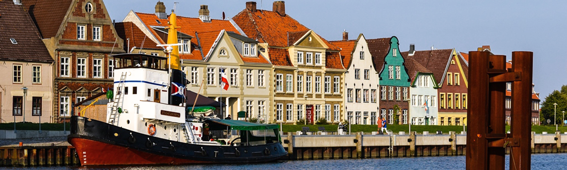 Mole am Glückstädter Hafen mit historischer Häuserzeile