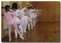 Mehrere Kinder beim Ballett