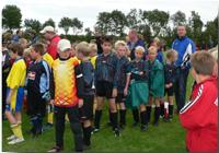 Mehrere Kinder in auf einem Fußballfeld